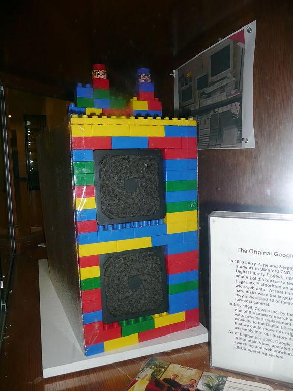 První datové úložiště Google bylo postavené z lega.