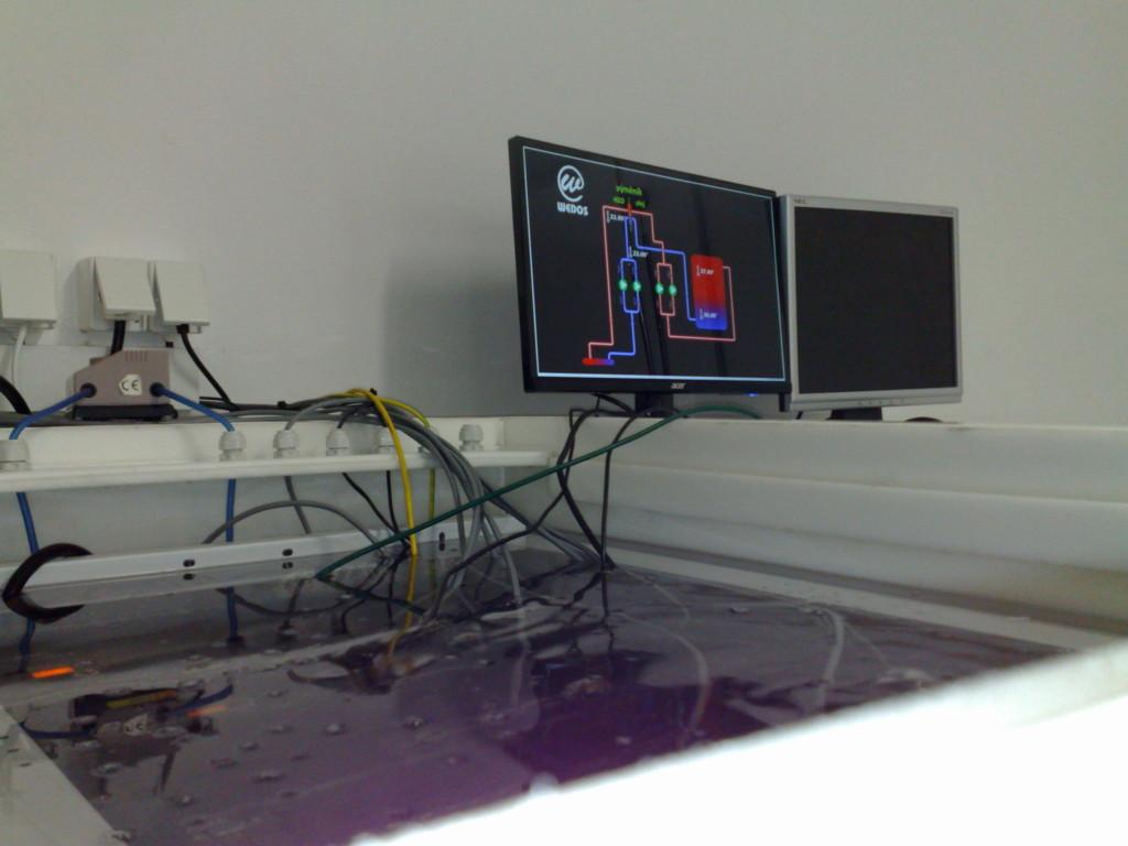 Návštěvníci E-shop víkend 2016 se budou z blízka moc podívat na servery chlazené v olejové lázni v rámci exkurze datacentra Wedos.