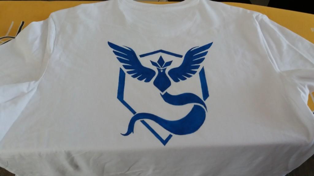 Na zadní straně trička je velký obrázek (šablona byla A3) týmu Mystic. Každý hráč se na level 5 přidá k jednomu ze tří týmů a společně s ostatními hráči ze stejného týmu ovládá strategická místa. Mít takovýto znak na zádech je jako mít dres sportovního klubu za který hrajete.